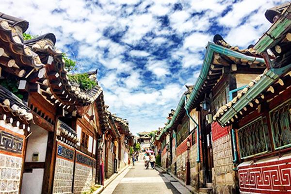 Du lịch Hàn Quốc cực kỳ phát triển, làng cổ bukchon hanok thu hút hàng nghìn lượt khách checkin mỗi năm