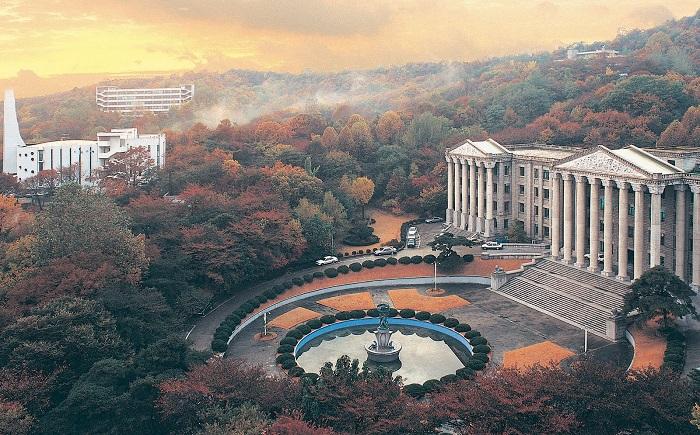 Trường Đại học Kyunghee  với lối kiến trúc La Mã nỏi bật