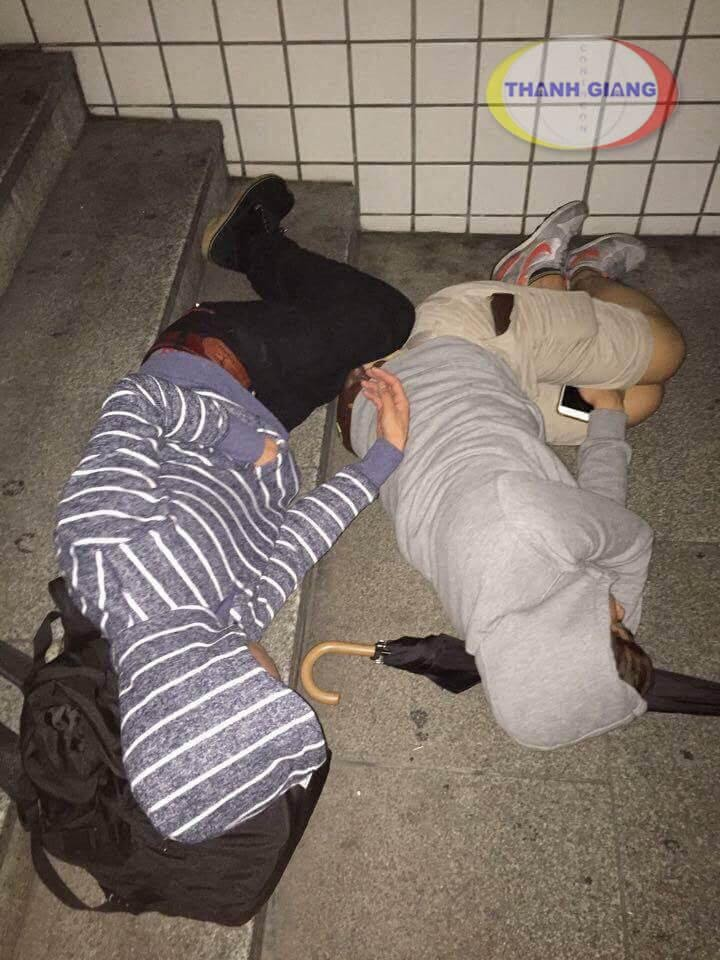 Ngủ ở nhà ga chờ tầu, vì đi làm thêm về muộn